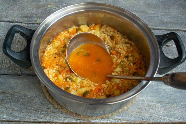 Доводим суп до кипения, уменьшаем нагрев, готовим 3-4 минуты, солим и снимаем с огня