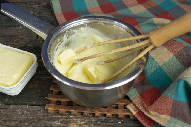 Взбиваем размягченное масло, небольшими порциями добавляем заварную основу