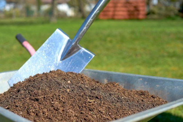 Приготовить компост своими руками под силу даже начинающему садоводу-огороднику