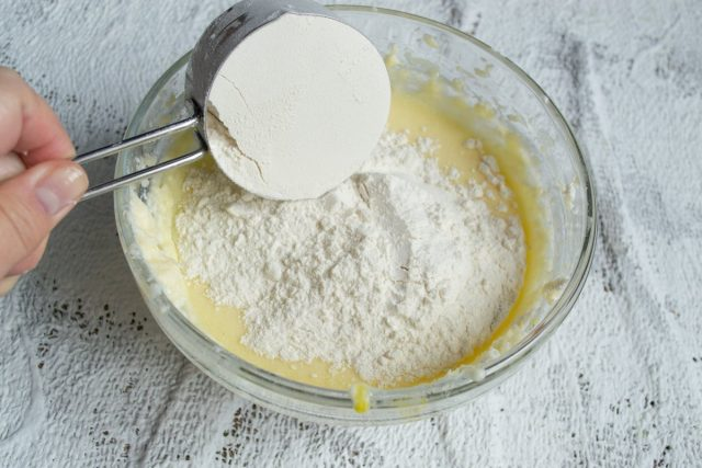 Оставшуюся муку и разрыхлитель теста перемешиваем, просеиваем и добавляем небольшими порциями