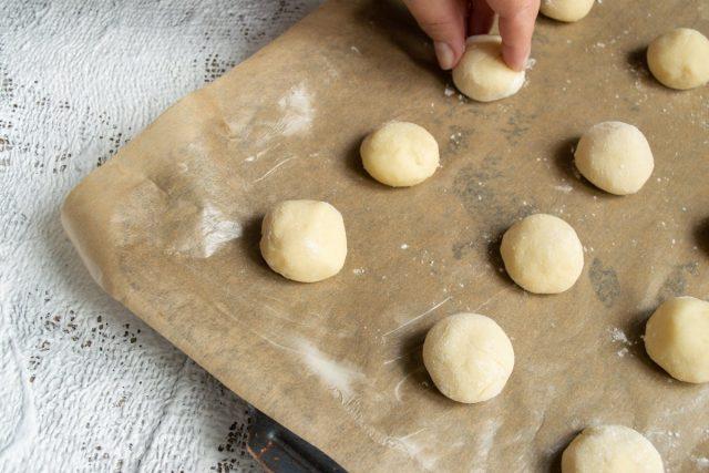 Формируем печенье на противне и отправляем в духовку