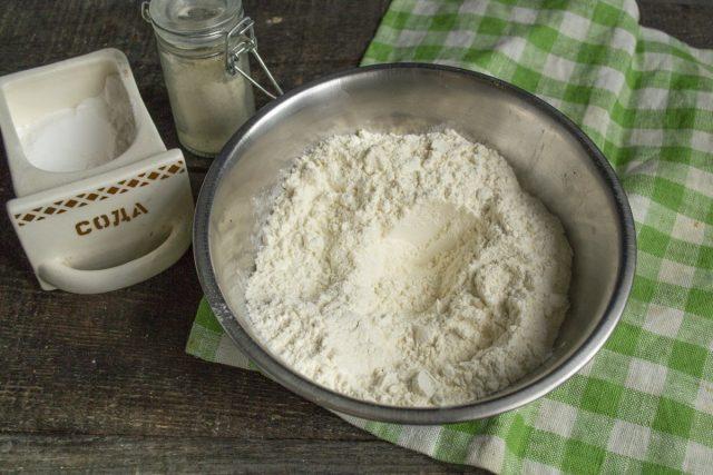 Отмеряем муку, добавляем соду и пекарский порошок, перемешиваем и просеиваем