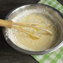 Добавляем в тесто растопленное масло, снова всё тщательно смешиваем