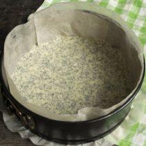 В формы для выпечки кладём промасленный пергамент. Отделяем 1\3 теста, добавляем мак, перемешиваем