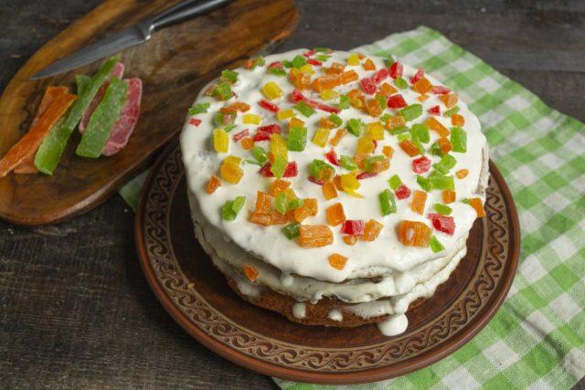 Посыпаем торт цукатами и убираем в холодильник на несколько часов