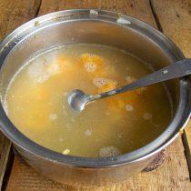 Возвращаем процеженный бульон и протёртые овощи в кастрюлю, перемешиваем, доводим до кипения и прогреваем