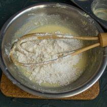 Отдельно смешиваем муку и разрыхлитель теста, просеиваем в миску с сахарно-масляной смесью