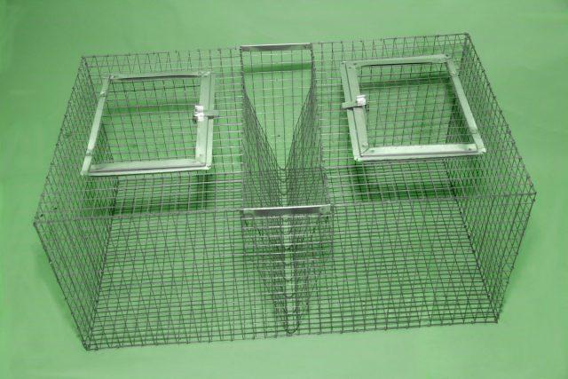 Если взять на лето нескольких крольчат на выращивание, вполне достаточно будет клеток-переносок из металлической сетки