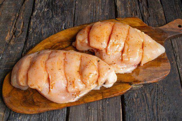 Натираем мясо сладкой паприкой, морской солью, оливковым маслом и оставляем в маринаде