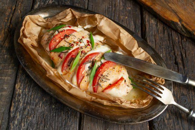 Куриное филе в стиле «Капрезе» с томатами и моцареллой готово