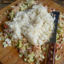 Отвариваем рис, остужаем, добавляем к фаршу с капустой, солим и перчим, перемешиваем