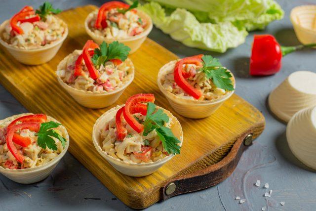 Лёгкий крабовый салат в тарталетках