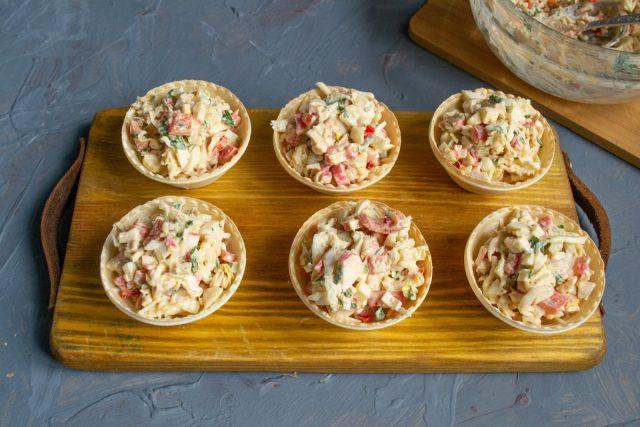 Перед подачей наполняем тарталетки салатом