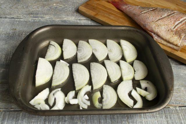 Смазываем форму для запекания оливковым маслом, выкладываем лук