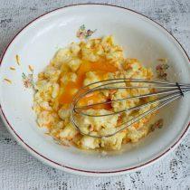 Разбиваем куриное яйцо, насыпаем щепотку мелкой соли, смешиваем ингредиенты венчиком