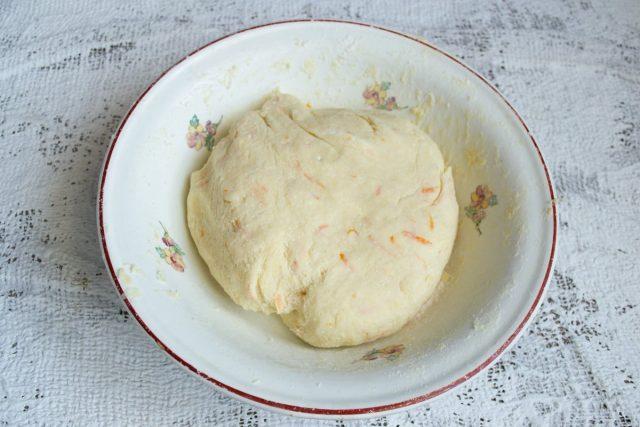 Скатываем тесто в шар, закрываем миску плёнкой и убираем в холодильник