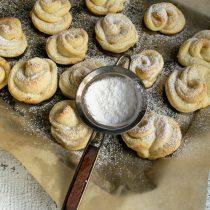 Тёплое печенье посыпаем сахарной пудрой