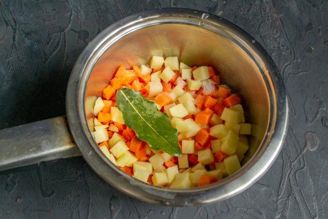 Нарезанные овощи кладём в сотейник, добавляем соль и лавровый лист