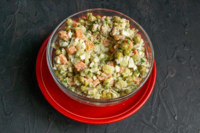 Выкладываем салат с сайрой в салатник горкой, в центре делаем небольшое углубление