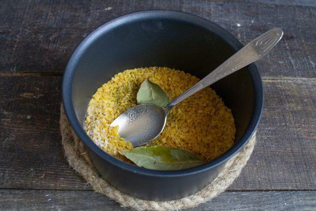 Насыпаем в сотейник булгур, добавляем соль, лавровый лист и оливковое масло