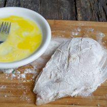 Разбиваем в тарелку яйцо и взбиваем вилкой