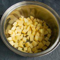 Режем небольшими кубиками картофель, кладём в кастрюлю