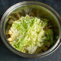 Шинкуем раннюю капусту тонкими полосками и добавляем в кастрюлю