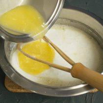 Чуть остывшее растопленное масло вливаем в миску с жидкими ингредиентами