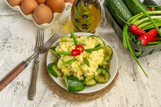 Битые огурцы с яичным салатом — просто и вкусно