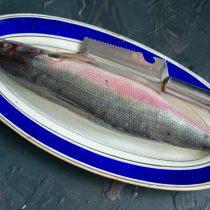 Очищенную от чешуи рыбу промываем, удаляем внутренности и жабры
