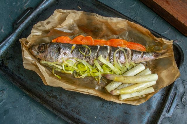 Диетическая рыба с овощами в духовке готова