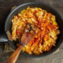 Добавляем приправы и обжариваем мясо с овощами на умеренном огне 10 минут