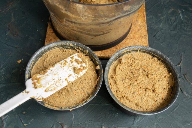 Выкладываем печеночный паштет в небольшие формы или стеклянные баночки