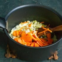 Добавляем сельдерей и морковку в сотейник, обжариваем вместе с луком