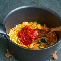 Добавляем к обжаренным овощам томатное пюре, обжариваем всё вместе 10 минут