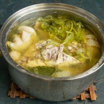Добавляем крупные куски цыплёнка, луковицу, лавровый лист, сельдерей, петрушку. Наливаем кипящую воду, солим и варим 1 час