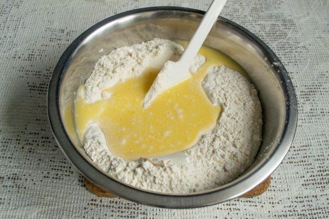 Смешиваем жидкие ингредиенты с сухими, вымешиваем тесто