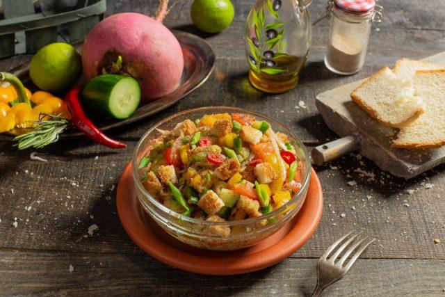 Хлебный салат с редисом и огурцом
