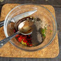 Добавляем соевый соус, морскую соль, белый и черный перец, оливковое масло