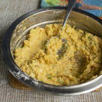 Поджариваем на сухой сковородке зиру и семяна кориандра, растираем в ступке, насыпаем в тесто и перемешиваем