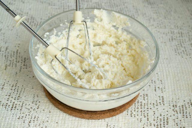 Взбиваем сыр с сахарной пудрой 2-3 минуты, перекладываем взбитый крем в кондитерский мешкой с насадкой