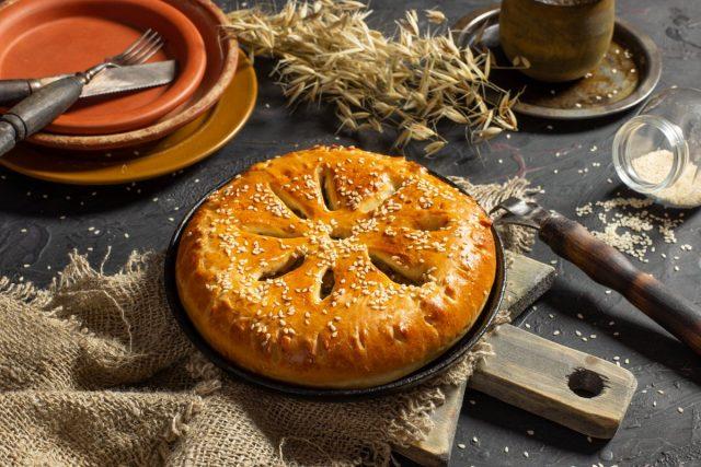 Пышный дрожжевой пирог с печенкой и луком