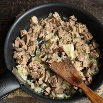 Режем печень кубиками, добавляем вместе со сливочным маслом в сковороду к пассерованному луку