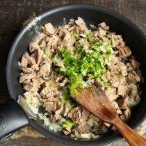 Приправляем начинку белым перцем и кинзой, перемешиваем, солим по вкусу