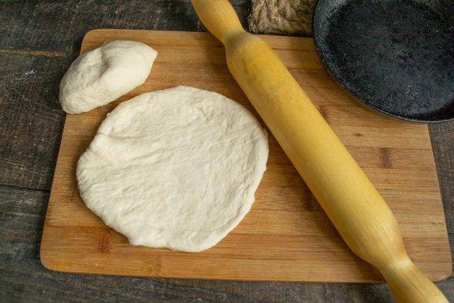 Снова обминаем тесто, отделяем 2\3, раскатываем лепешку