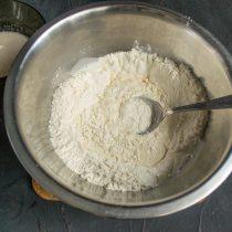 Вливаем молоко с дрожжами в миску с просеянной мукой, перемешиваем