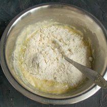 Добавляем муку, перемешиваем, выкладываем тесто на стол и вымешиваем 8 минут