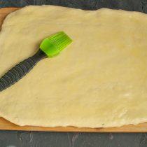 Смазываем лист теста растопленным или размягченным сливочным маслом