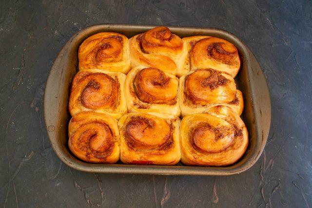 Расстоявшиеся булочки отправляем в разогретую духовку на 20 минут