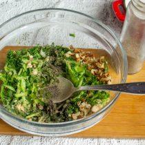 В миске соединяем подготовленные ингредиенты, солим, перчим, перемешиваем и оставляем на 10-15 минут